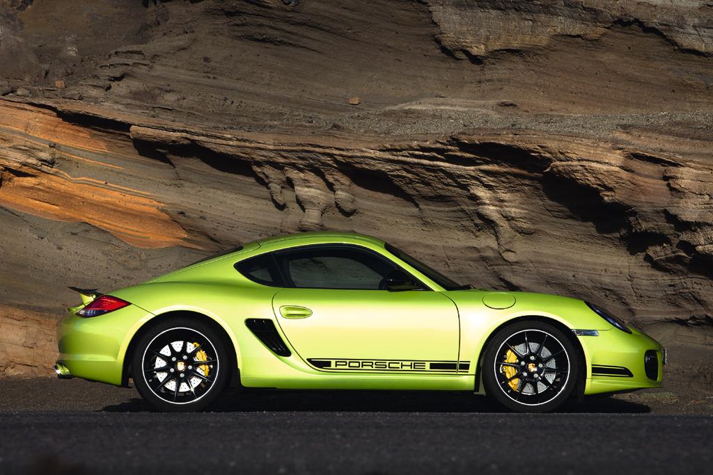 Porsche Cayman R: Und so sieht der flach auf der Straße liegende Zweisitzer von der Seite aus.