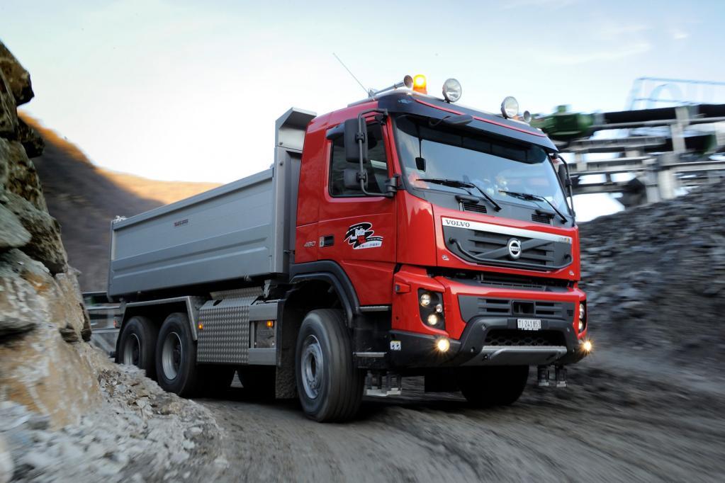 Pro Schicht müssen von dem Lkw bis zu 2 200 Tonnen Schotter bewegt werden. Das abgetragene Material soll nach Ende der Bauarbeiten zu neuen, künstlichen Gesteinsformationen aufgetürmt werden.