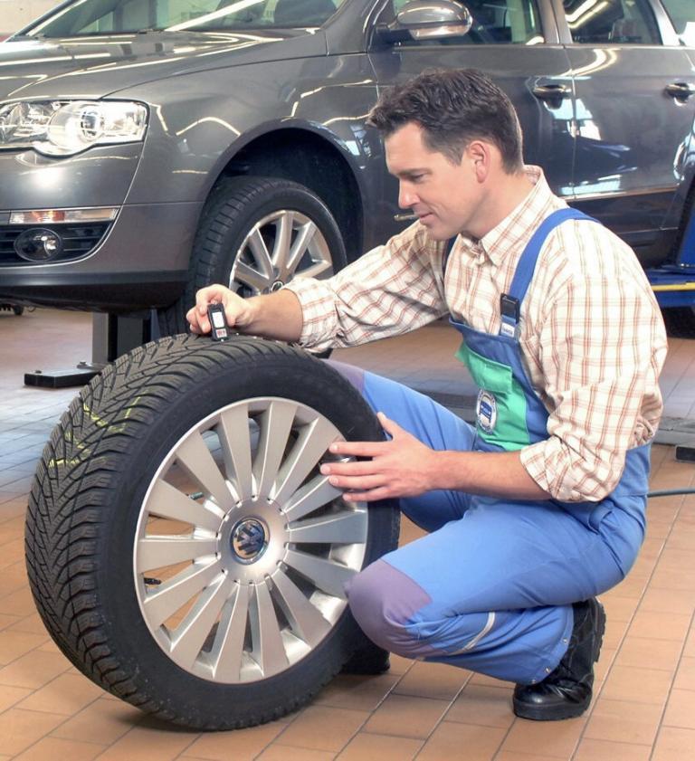 Reifenversicherungen lohnen sich nicht: Eine Kostenerstattung im Schadensfall gibt es nämlich nur unter bestimmten Voraussetzungen.