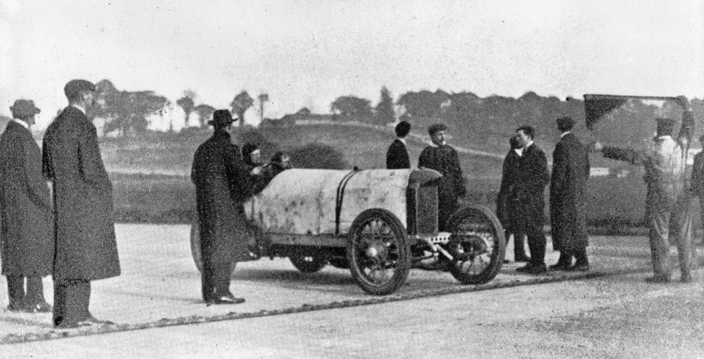 """Rekordfahrten auf der Brooklandsbahn am 8. November 1909: Victor Hémery durchbrach auf dem Benz 200 PS, genannt """"Blitzen-Benz"""", als erster Mensch die 200-km/h-Marke und stellte zwei Weltrekorde auf."""