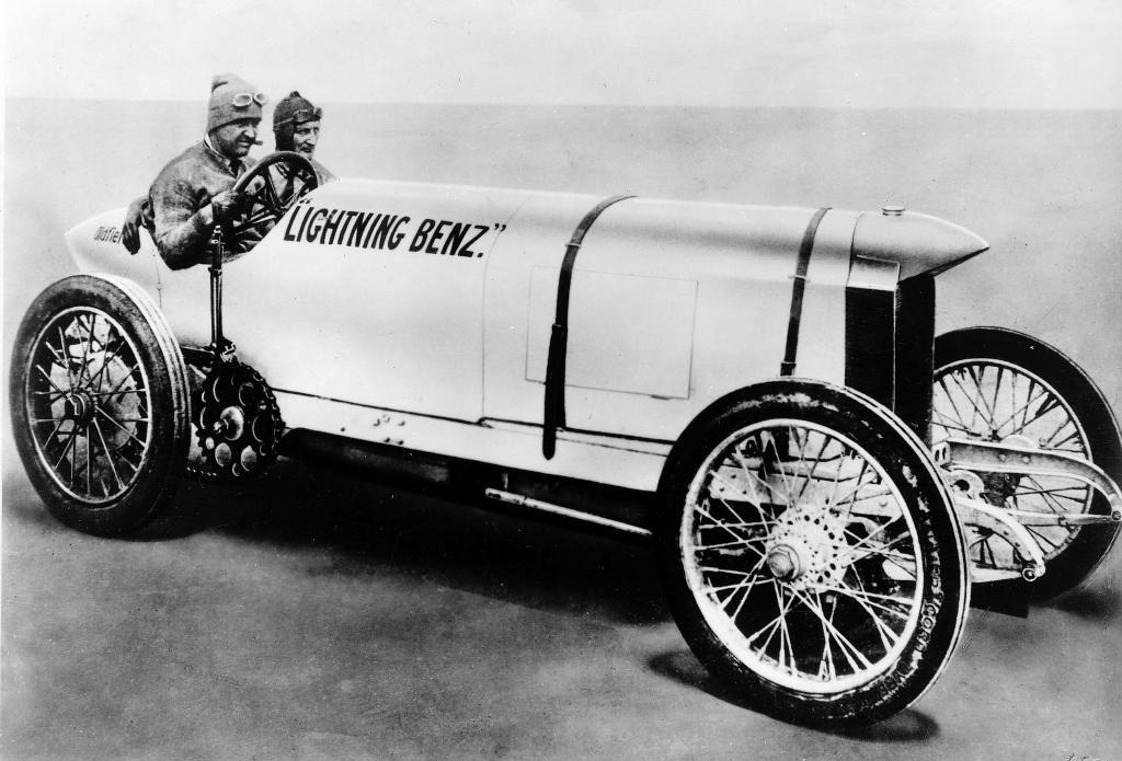 Rekordversuche in Indianapolis am 29. Mai 1911: Barney Oldfield am Steuer des Blitzen-Benz.