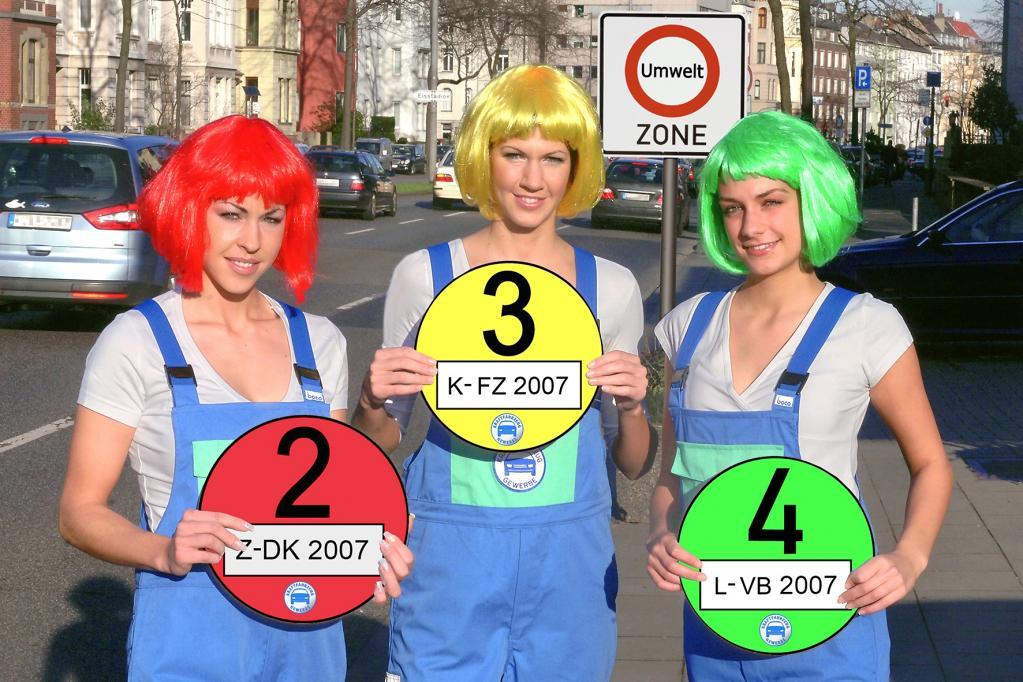 Rot, gelb oder grün? Anhand der Feinstaubplakette entscheidet sich, welches Auto in die Innenstadt fahren darf und welches nicht. Ginge es nach der Deutschen Umwelthilfe, wäre das Ruhrgebiet für alle Autos ohne grüne Plakette bald tabu.
