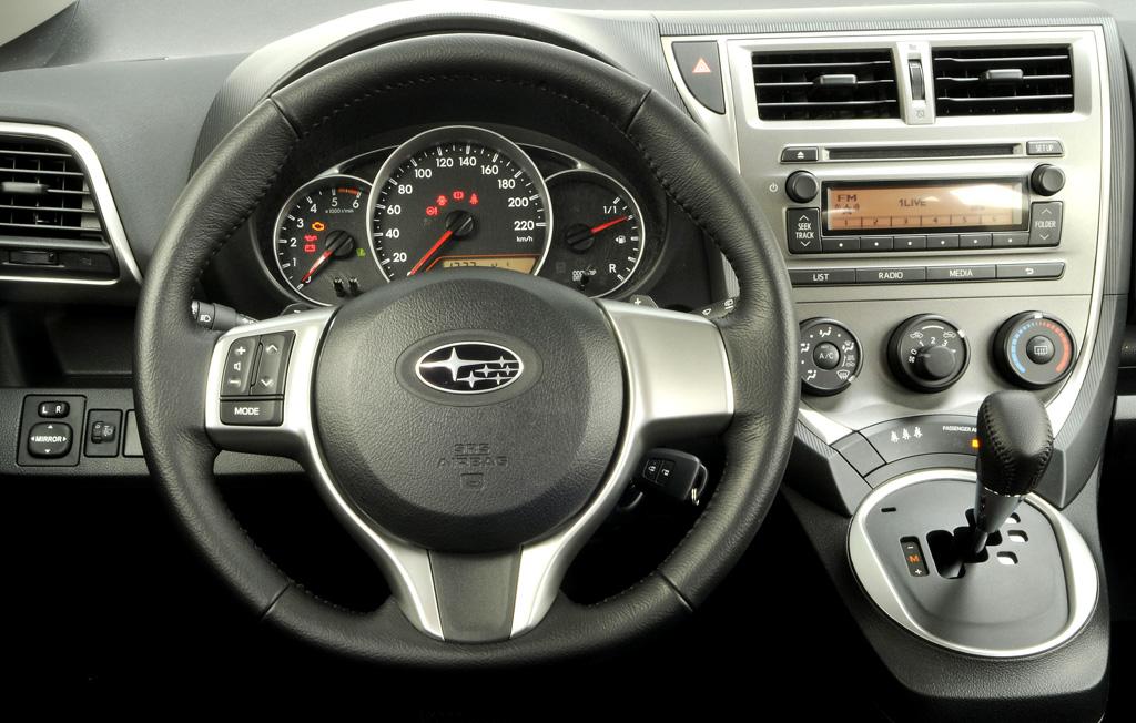 Subaru Trezia: Blick auf den Arbeitsplatz des Fahrers mit dem griffgünstigen Wählhebel rechts.