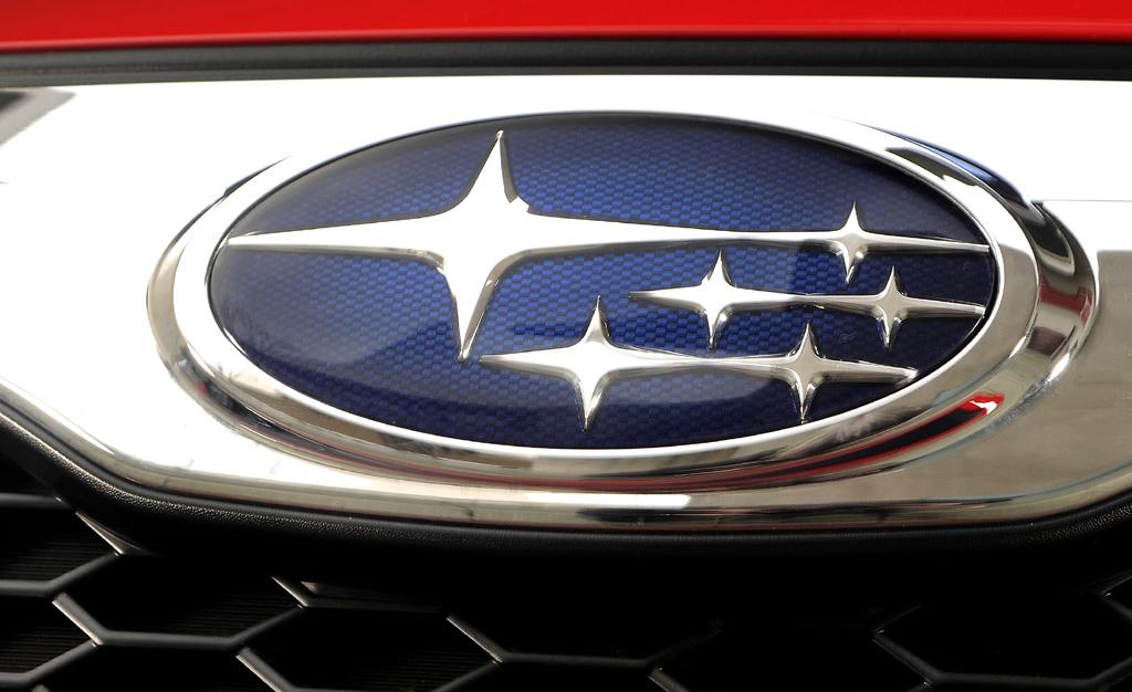 Subaru Trezia: Das Markenlogo sitzt vorn in der Chromleiste über dem Kühlergrill.