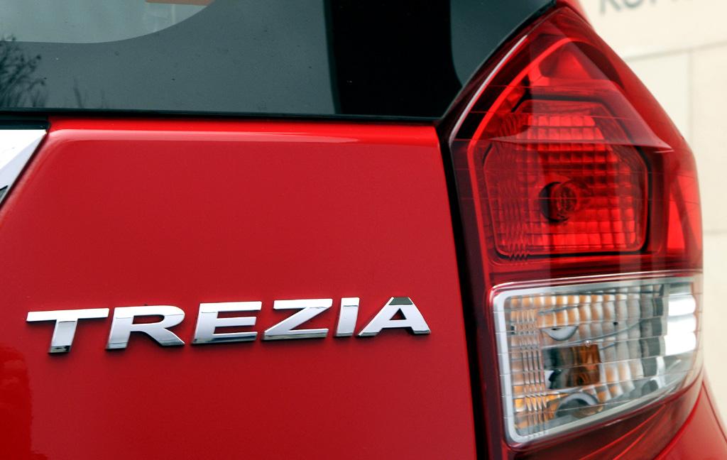 Subaru Trezia: Moderne Leuchteinheit hinten mit Modellschriftzug.