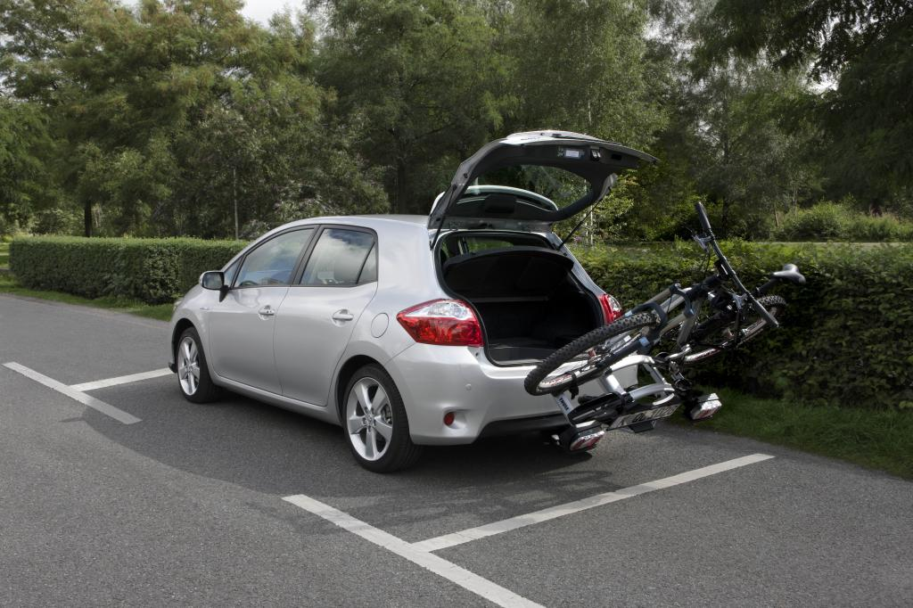 Toyota Auris HSD mit Fahrradträger Thule Euro Click G2.