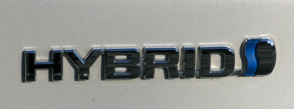 Toyota Prius: Antriebsschriftzug auf der Seite.