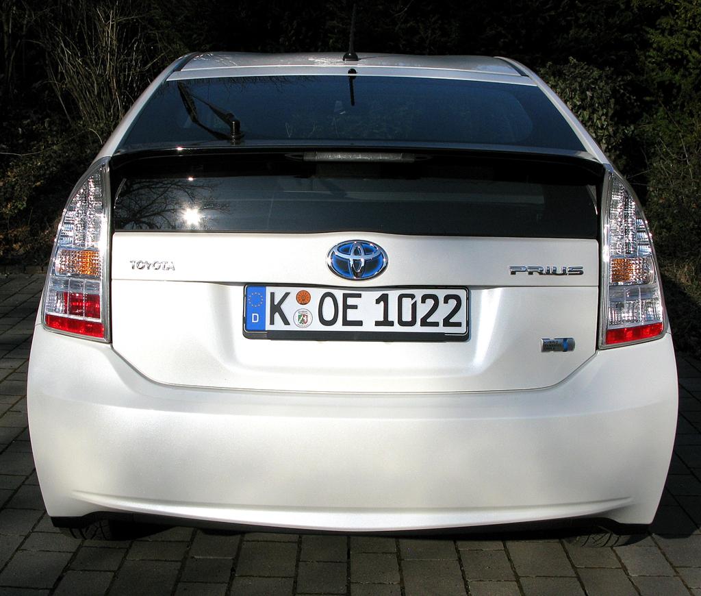 Toyota Prius: Blick auf die Rückseite der Schrägheck-Limousine.