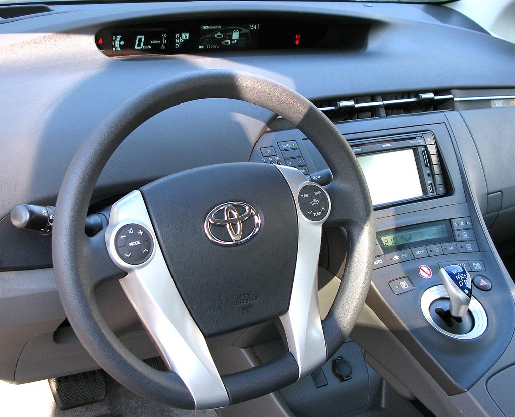 Toyota Prius: Blick ins Cockpit, der E-Shift-Wählhebel sitzt griffgünstig auf der Mittelkonsole.