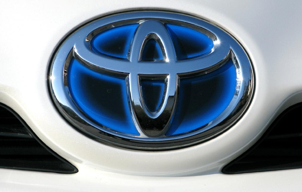 Toyota Prius: Das Markenlogo sitzt vorn auf der Fronthaube.