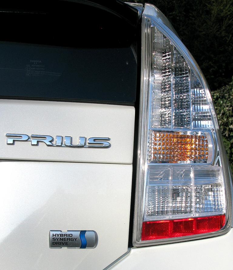 Toyota Prius: Hochformatige Leuchteinheit hinten mit Modellschriftzug und Antriebslogo.