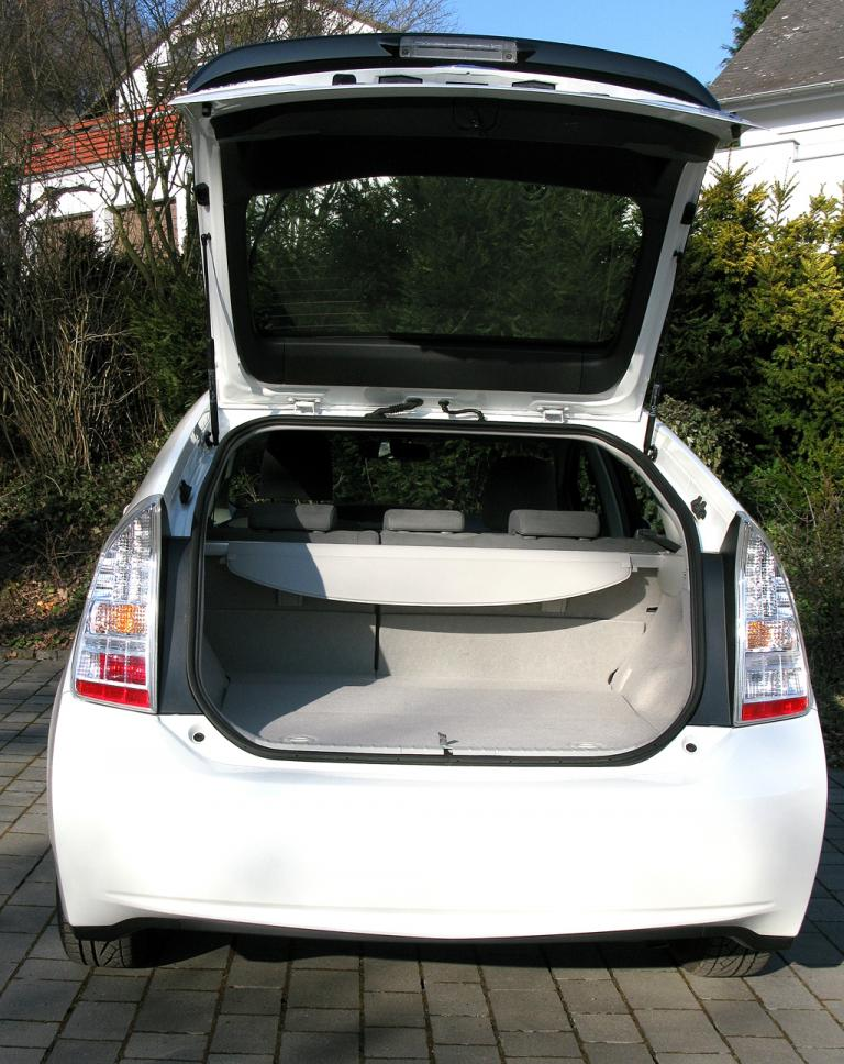 Toyota Prius: Ins Gepäckabteil passen minimal 445 Liter hinein.