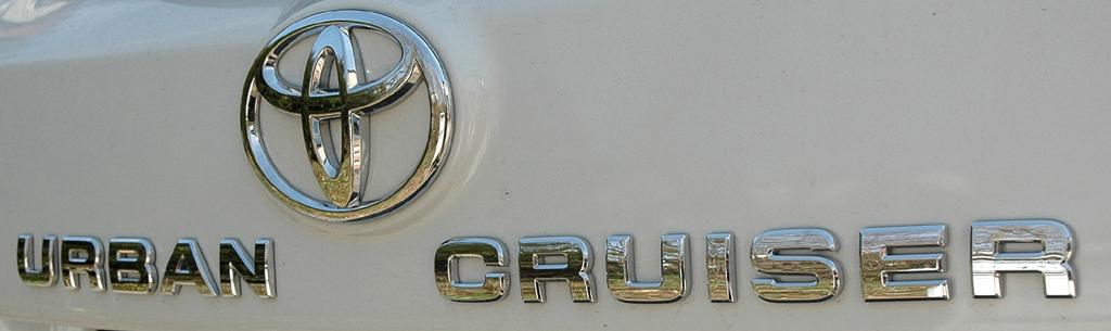 Toyota Urban Criuser: Markenlogo und Modellschriftzug auf der Heckklappe.
