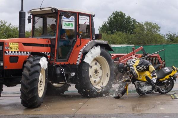 Traktor: Unterschätzte Gefahr für Motorradfahrer