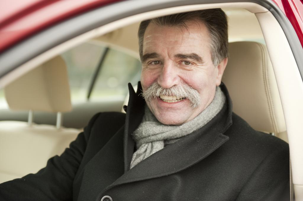Ulrich Selzer, Geschäftsführer von Toyota Deutschland übergibt einen Lexus GS300 an Heiner Brand.