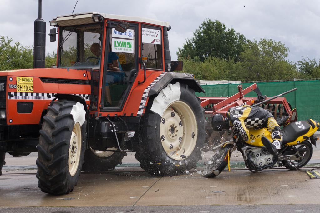 Wenn ein Motorradfahrer auf einen Traktor prallt, hat dies für den Biker fatale Folgen, wie ein Crash-Test der UDV zeigt.
