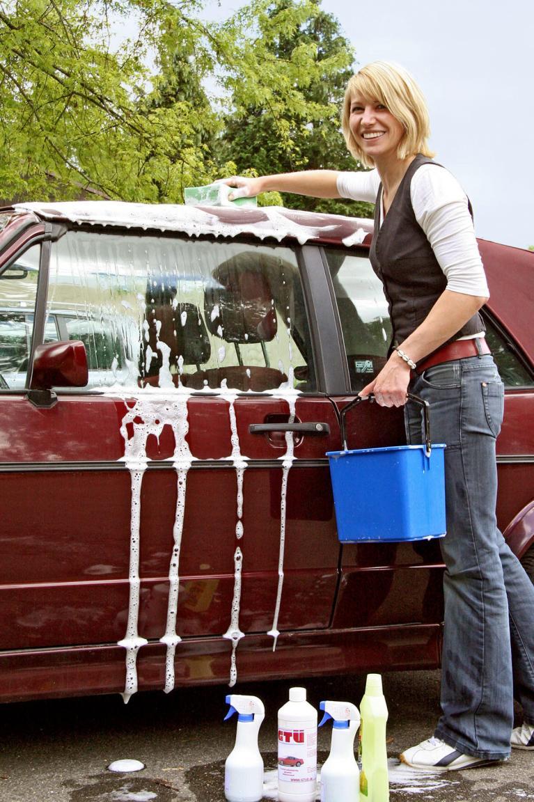 Wer ein Cabrio mit Stoffverdeck hat, sollte bei der Wäsche am besten selbst Hand anlegen.
