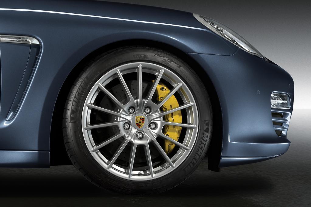 Zur Herstellung von Karbon-Keramik-Bremsanlangen wie beim Porsche Panamera leisten Chemiefasern unverzichtbare Dienste.