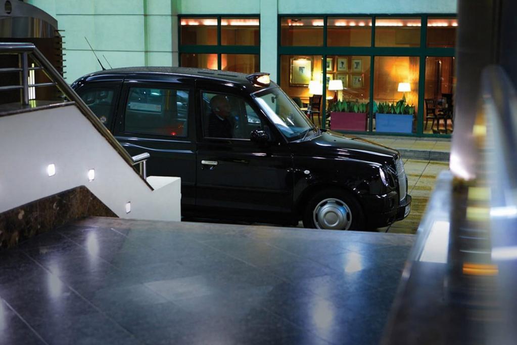 Bald sollen die berühmten schwarzen Taxis auch in Rom und Mailand auf Fahrgast-Jagd gehen.