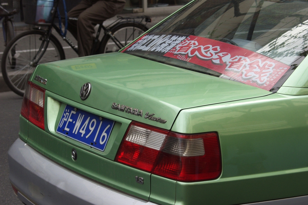 Bei der Personenbeförderung ist der Stadtverkehr fest in Hand der VW Santana-Taxis. Hier die