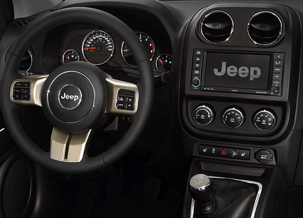 Blick ins insgesamt recht übersichtliche Compass-Cockpit.