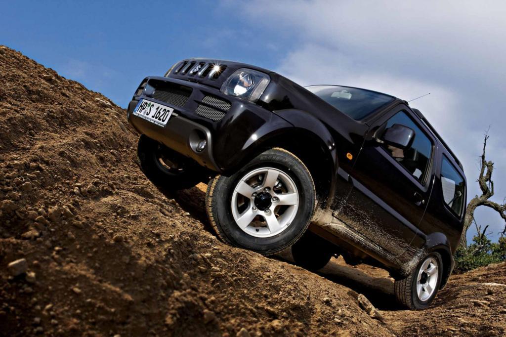 Der Suzuki ist der preiswerteste in der Riege der kernigen Geländewagen