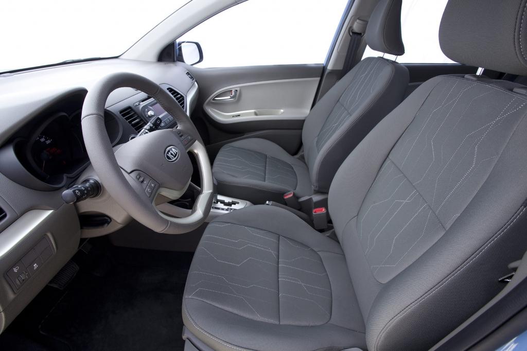 Die beiden Sitze für Fahrer und Beifahrer sind für kurze Strecken ausreichend bequem - lassen in Kurven jedoch etwas Seitenhalt vermissen.