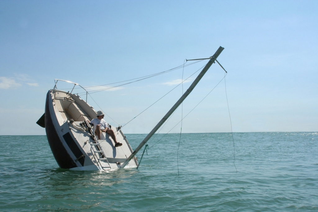 Die sinkender Yacht zieht alle Blicke auf sich, Foto: Julien Berthier