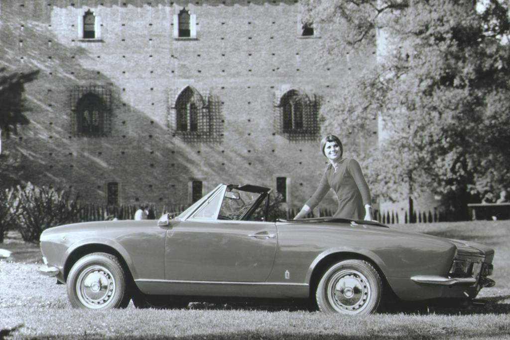 Direkter Konkurrent: der Fiat124SportSpider von 1966