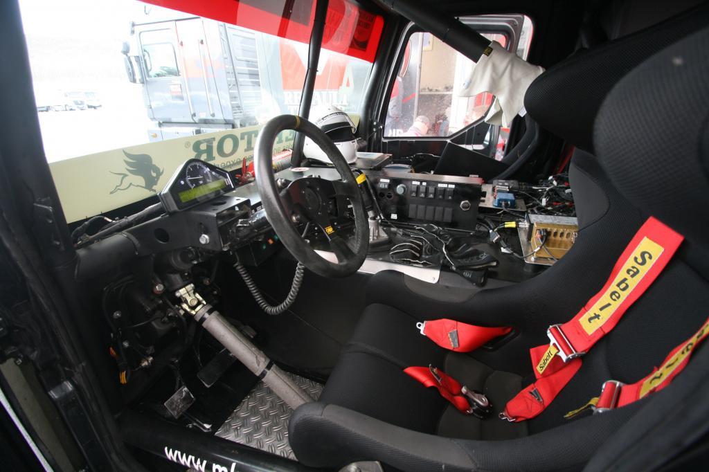 Eng geht es im Cockpit zu