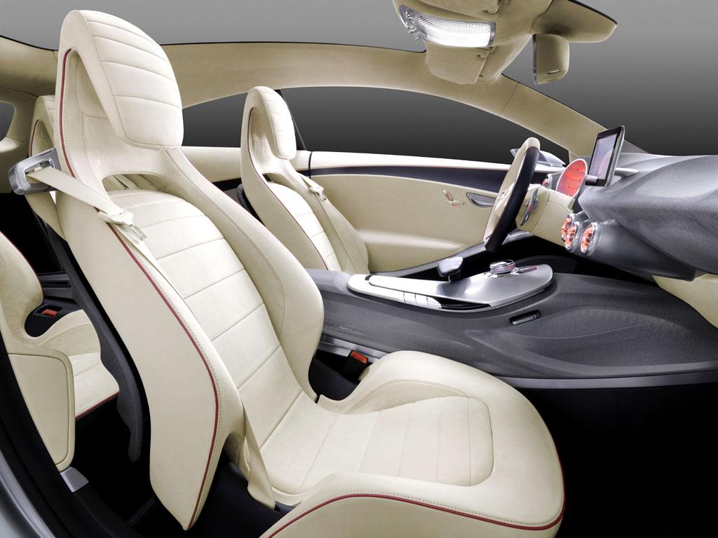 Ergonomisch: Die Sitze sind körpergerecht für guten Seitenhalt ausgeformt.