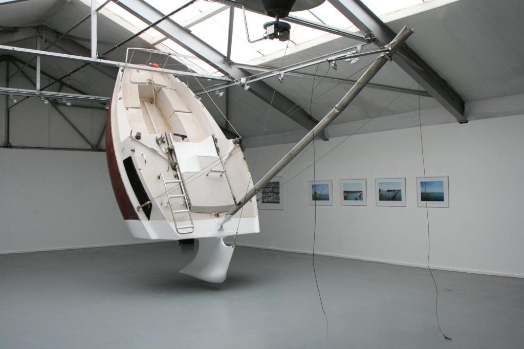 """Für seine """"Love Love"""" hat der 36-jährige Künstler eine 6,5 Meter lange Segelyacht zersägt, die Schnittstelle abgedichtet und einen neuen aufrecht stehenden Kiel angebracht, Foto: Julien Berthier"""