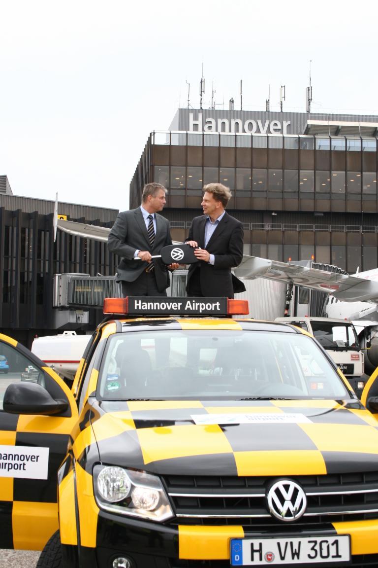 Follow me: Der Flughafen Hannover erhielt einen Volkswagen Amarok als neues Fahrzeug für das Rollfeld. VWN-Vorstandsmitglied Harald Schomburg (links) übergab Airport-Geschäftsführer Dr. Raoul Hille den symbolischen Schlüssel.