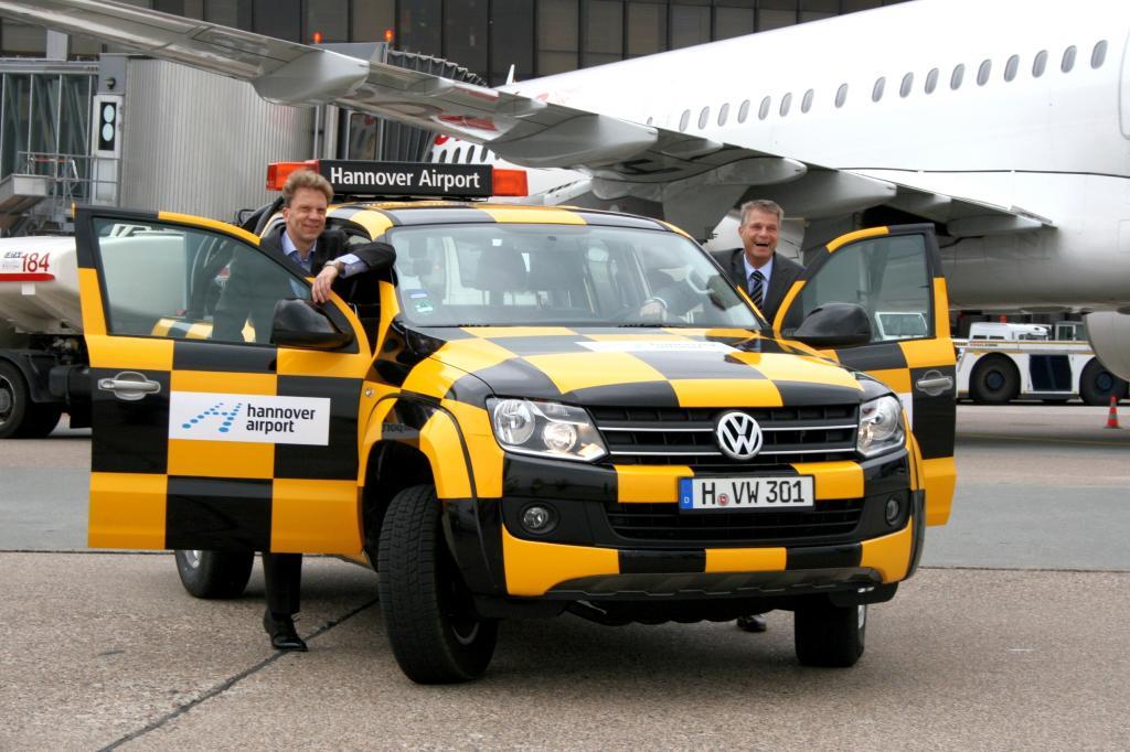 Follow me: Der Flughafen Hannover erhielt einen Volkswagen Amarok als neues Fahrzeug für das Rollfeld. VWN-Vorstandsmitglied Harald Schomburg (rechts) übergab das Fahrzeug Airport-Geschäftsführer Dr. Raoul Hille.