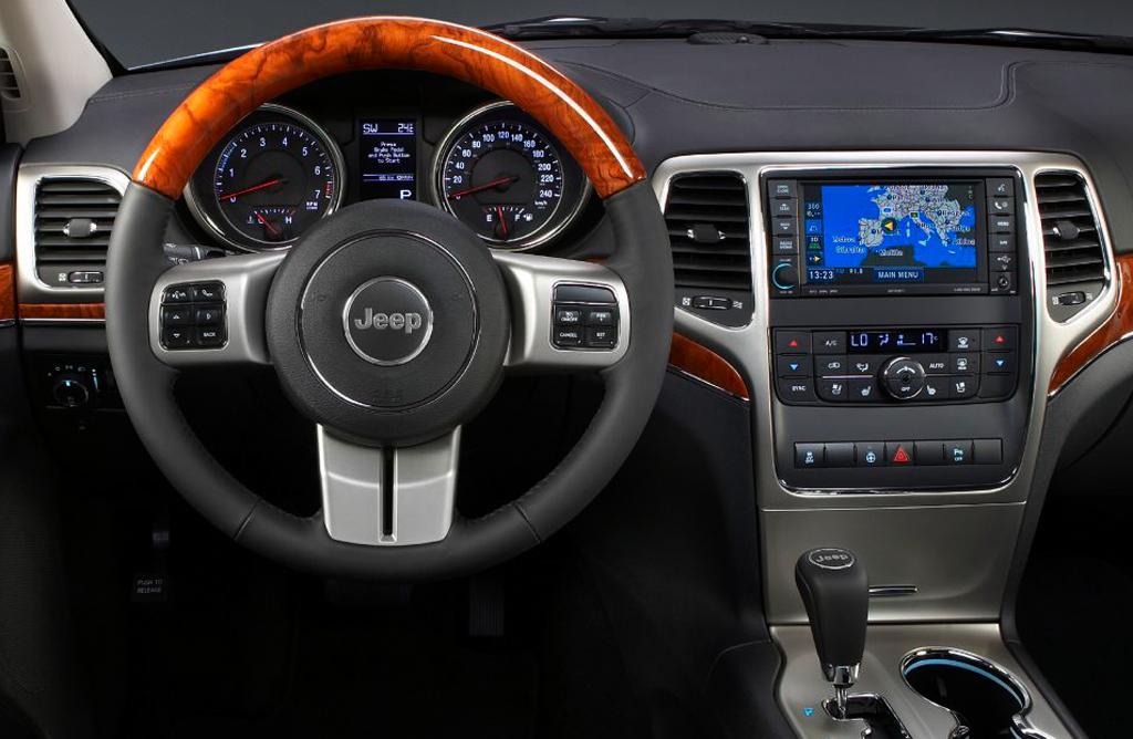 Im Grand-Cherokee-Cockpit geht es überaus nobel zu.