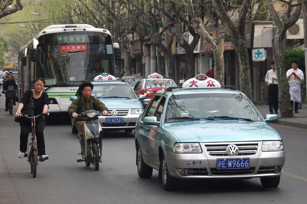 In der chinesischen Metropole Schanghai hat das Taxi dem Fahrrad längst den Rang als Volksfortbewegungsmittel Nummer 1 abgelaufen.