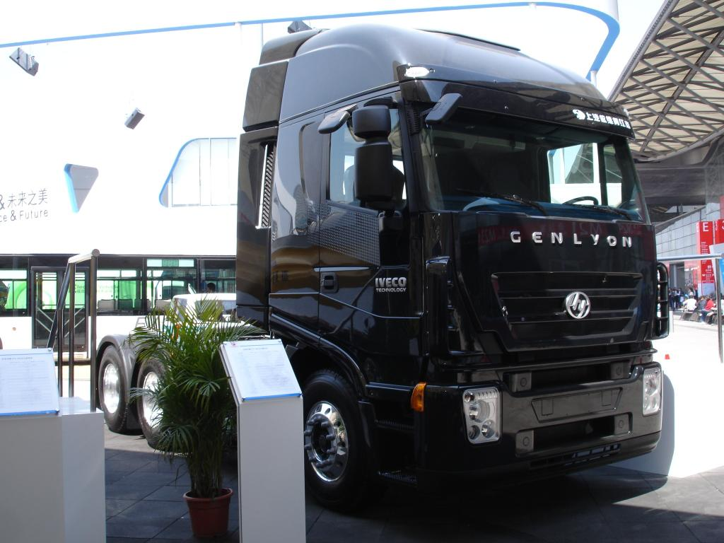 Iveco Genlyon Schwer-LKW als 6x4 Sattelzugmaschine.