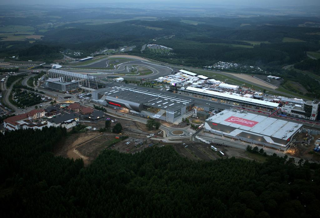Nürburgring mit der neuen Freizeit- und Hotelanlage für insgesamt 300 Millionen Euro.