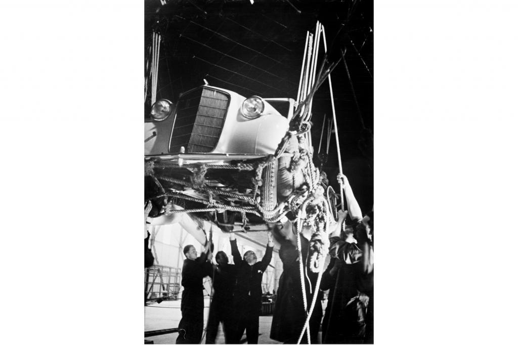 Opel transportiert den Olympia auch im Zeppelin (1936)