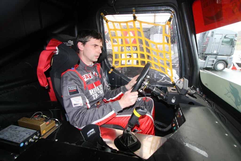Rennfahrer Markus Oestreich an seinem Arbeitsplatz
