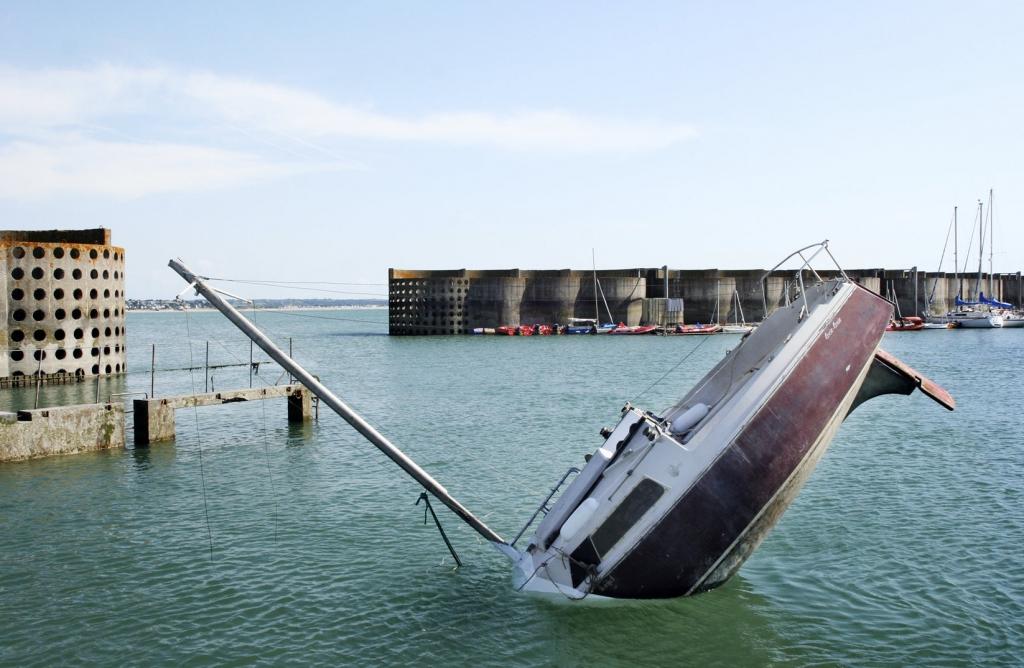 Sogar manövrierfähig ist die sinkende Yacht, Foto: Julien Berthier