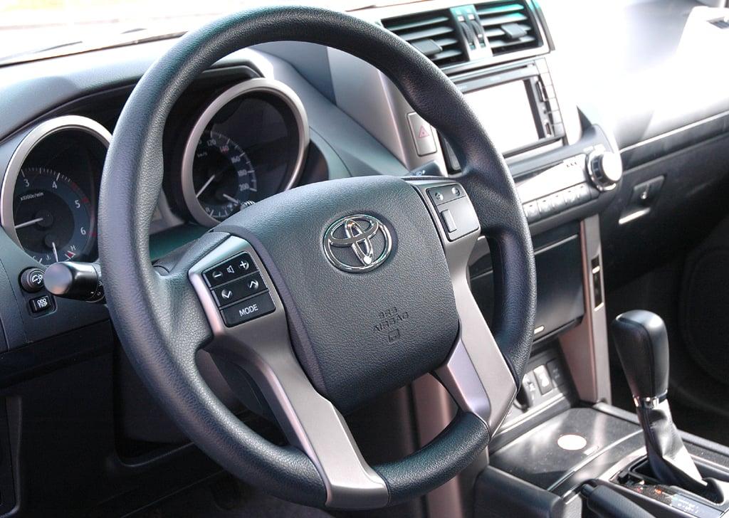 Toyota Land Cruiser: Blick auf den Fahrer-Arbeitsplatz des Fünf- und sogar möglichen Siebensitzers.