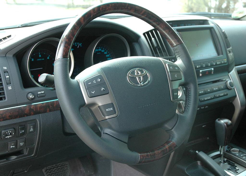 Toyota Land Cruiser: Blick auf den Fahrer-Arbeitsplatz des Siebensitzers.