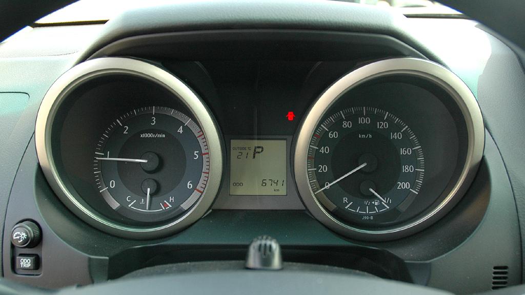 Toyota Land Cruiser: Blick auf die Rundinstrumentierung des 190-PS-Turbodiesels.