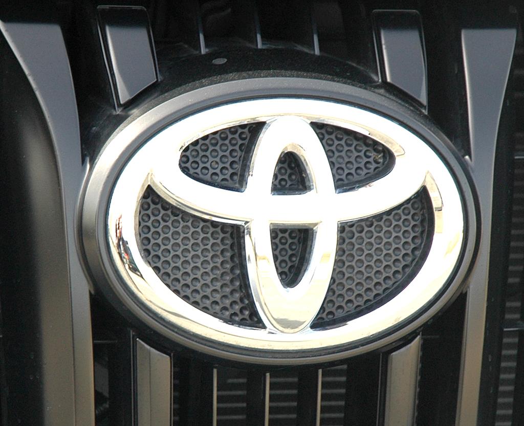 Toyota Land Cruiser: Markenlogo im Kühlergrill des Vierzylinders.