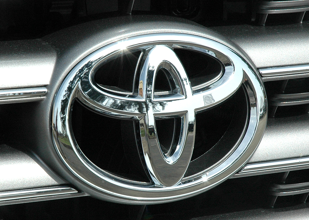 Toyota Land Cruiser: Markenlogo im Kühlergrill des großen Achtzylinders.