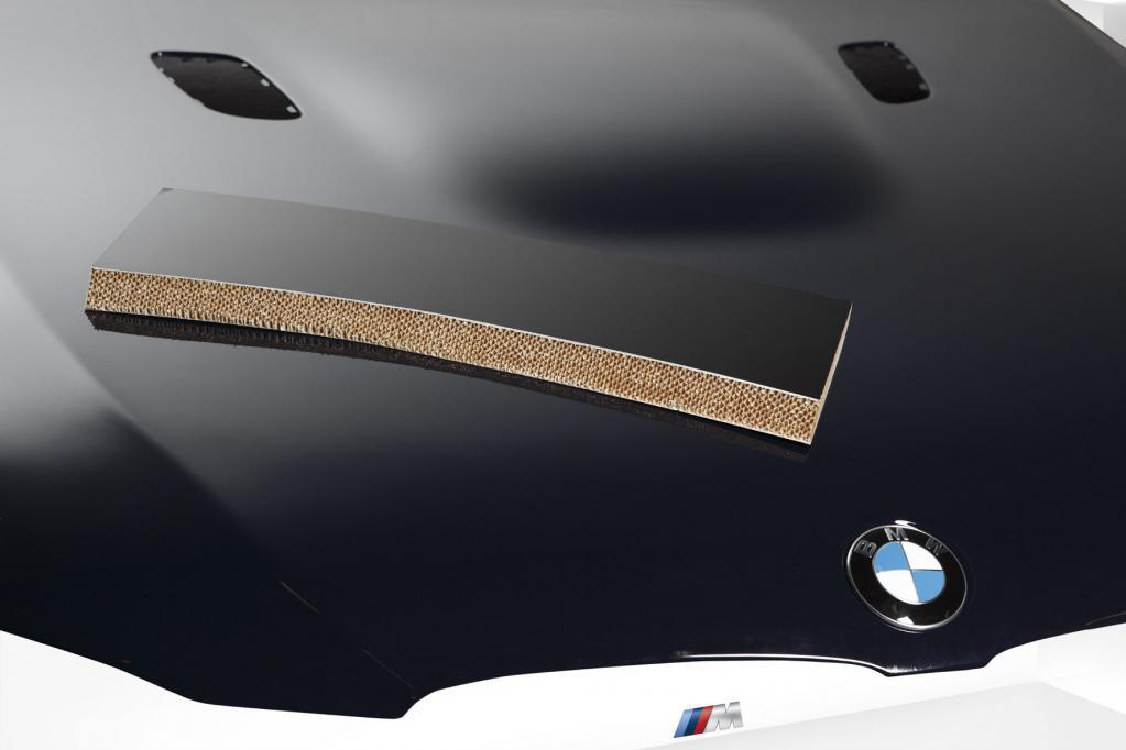 Um Gewicht zu sparen, hat BMW eine Motorhaube aus Verschnittresten von Kohlefaserkunststoff hergestellt.
