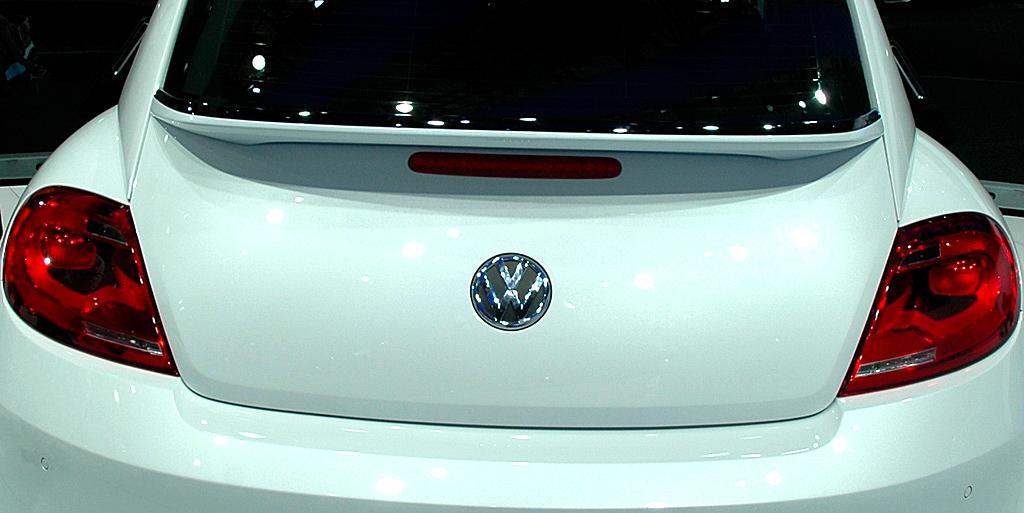 VW Beetle: Heckansicht mit Leuchteinheit und Spoiler darüber.