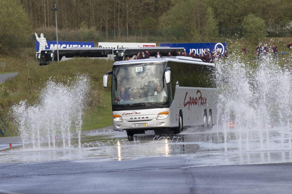 Wer bei dem Wettbewerb punkten wollte, musste den Bus auch auf nasser Fahrbahn unter Kontrolle behalten.