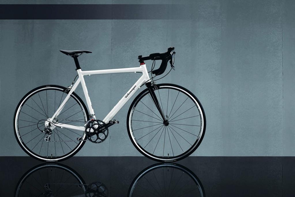 Wer sportlich unterwegs ist, wählt das weiße Rennrad von VW.